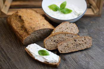Ruck-Zuck-Brot600 g Dinkelvollkornmehl, 200 g Weizenvollkornmehl, 15 g Salz, 20 g frischer Germ, 1 TL Honig, 1 Schuss Essig, je 4 EL Sonnenblumenkerne, Sesam, Haferflocken, Leinsamen, 800 g lauwarmes Wasser1. Zwei kleine Kastenformen mit Butter einfetten.2. Alle Zutaten gut miteinander vermischen und sofort in die Kastenformen füllen.3. Das Brot mit etwas Waser besprühen und mit den beliebigen Körnern bestreuen.4. Die Kastenform ins kalte Backrohr stellen und auf 210 Grad Heißluft schalten. Nach Erreichen der 210 Grad das Brot für 50 Minuten backen.Darauf achten, dass die Masse gleich dick ist.