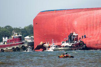 <p>St. Simons Island. Dramatisch: Einsatzkräfte retten Crewmitglieder eines havarierten Frachters.</p>