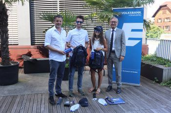 W&W-Herausgeber Mario Oberhauser, die #cityhopper Timo und Stefanie sowie Vorstandsdirektor Gerhard Hamel bei der Übergabe der Goodie Bags.  Foto: WANN & WO