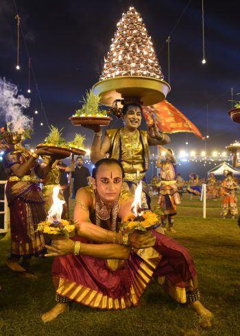 <p>Ahmedabad. Traditionell: In Indien wurde in den vergangenen Tagen das Hindu Navratri Festival gefeiert.Fotos: AFP, AP, APA, Reuters</p>