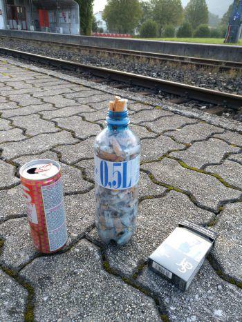 """<p class=""""caption"""">Angelika nutzte die Wartezeit am Bahnsteig, um Zigarettenstummel und Müll zu sammeln.</p>"""