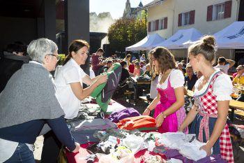 """<p class=""""caption"""">Beim Herbstfest gibt es auch Marktstände.</p>"""