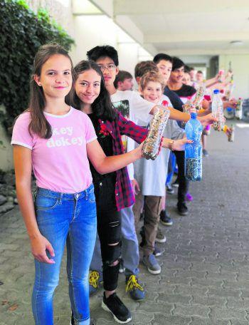 """Die Schülerinnen und Schüler der Mittelschule Sulz-Röthis dürfen für die ganze Klasse im """"...natürlich Bio"""" einkaufen gehen! Fotos: handout/privat"""