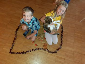 """<p class=""""caption"""">Lara (7) und Raphael (5) aus Bregenz mit Katze Minki.</p>"""