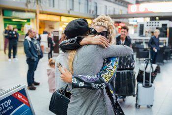"""<p class=""""caption"""">Model und Freundin Maria Maksimovic begrüßt Dijana bei der Ankunft.</p>"""