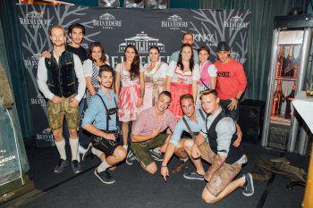 """<p class=""""caption"""">Party-Crew: Acht """"ghörige Jungs"""", Kimberly Sturn von der TeamAgentur und die W&W-Mädels Sabrina, Katja, Mary und Tamara feierten auf der Kinky in München """"ghörig"""" ab.</p>"""