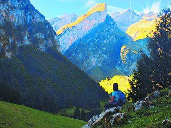 "<p class=""caption"">Sonja bewundert den Ausblick vom Alpstein in der Schweiz.</p>"