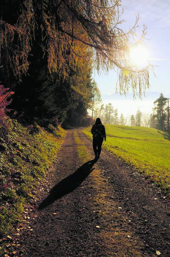 "<p class=""caption"">Spaziergang im Herbst: Nicole (24) fühlt sich in der Natur wohl. Fotos: Privat</p>"