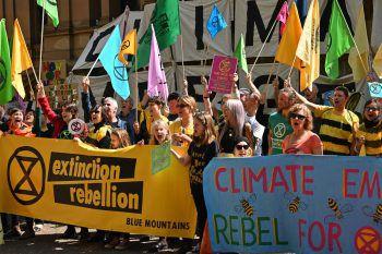 """<p>Sydney. Lautstark: Demonstranten der """"Extinction Rebellion""""-Bewegung marschieren friedlich durch die australische Metropole.</p>"""