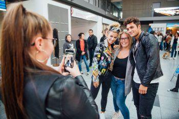 """<p class=""""caption"""">Zahlreiche Fans erwarten die Turteltauben Dijana und Danilo bei der Ankunft amFlughafen in Friedrichshafen.</p>"""