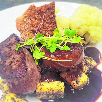 """<p class=""""caption"""">Der Küchenchef in Gabriel's Cucina empfiehlt: Hirschmedaillons mit Mohngnocchi und Blumenkohl.</p>"""