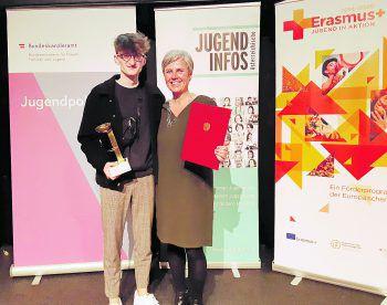 """Dominik Drljo und Barbara Österle nahmen als Vertreter von """"aha plus"""" freudestrahlend den Preis entgegen. Foto: handout/aha"""