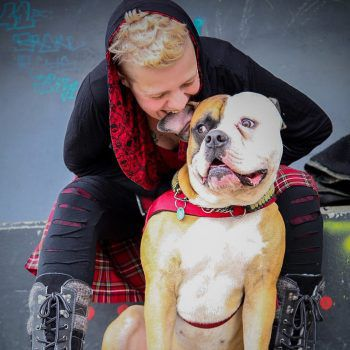 """<p class=""""caption"""">Ein """"Dreamteam"""": Veronika und ihre Amerikanische Bulldogge Idefix.</p>"""