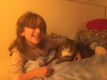 """<p class=""""caption"""">Emma mit ihrem Kater Schnurrli beim Kuscheln im Bett.</p>"""