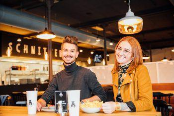 """<p class=""""caption"""">Flavio und Julia sind vom neuen Schnitzelbär in Dornbirn begeistert.</p>"""