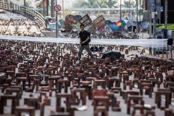 <p>Hong Kong. Künstlerischer Protest: Ein Passant begutachtet eine Barrikade aus Ziegelsteinen bei der Polytechnischen Universität Hong Kong.</p>