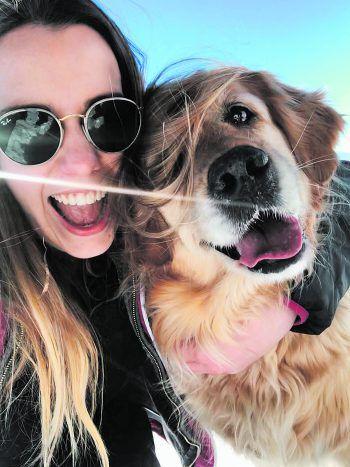 Johanna und ihr Hund Maya beim Spaziergang am Dünserberg.