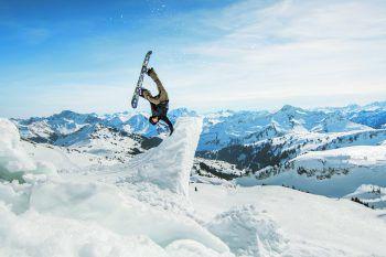 Lukas Ellensohn mit einem Handplant vor der atemberaubenden Kulisse der Damülser Bergwelt – die Crew nutzte übrigens einen Schneerutsch als idealen Spot. Foto: Thomas Stanglechner