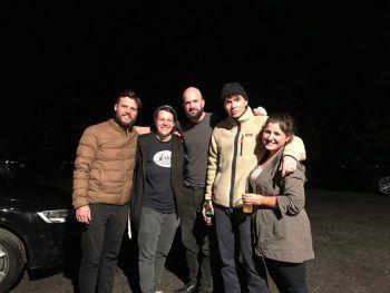 """<p class=""""caption"""">Nach dem Konzert gab es für Lisa und Saskia noch ein Foto mit der Band. Foto: W&W</p>"""
