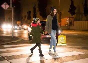 Reflektoren und helle Kleidung sorgen für bessere Sichtbarkeit auf der Straße.