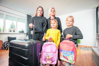 Sandra Raid und ihre Töchter haben wieder Grund zu lachen: Der Umzug steht. Foto: Sams