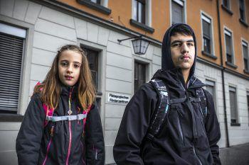Sarah und Kaan könnten bald zu den letzten Kindern zählen, die das Pädagogische Förderzentrum in Feldkirch beherbergt – die Schule steht vor dem Aus. Foto: Breuß/Sams