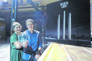 """""""Sound-Check"""" im Conrad Sohm. Lisa (Soundevent) und W&W-Redakteurin Saskia haben zum zehnjährigen Jubiläum ein Urteil über das Debütalbum der White Lies gefällt. Foto: W&W"""
