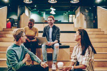"""<p class=""""title"""">Vernetze dich mit Absolventen</p><p>Kommunikation ist alles – besonders im künstlerischen Bereich. Manchmal ist es einfacher, sich Inhalte erklären zu lassen, als darüber zu lesen. Fragt nach Kontakten von ehemaligen Absolventen oder meldet euch für Schnuppertage und redet mit den Teilnehmern vor Ort! Das zeigt Engagement und Interesse.</p>"""
