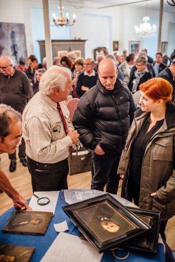 Bei der zweiten Auflage des #schätzeschätzen vom Kunst- und Kulturverein Bodensee und WANN & WO werden vor allem Schmuck und Gemälde bewertet.Fotos: Sams