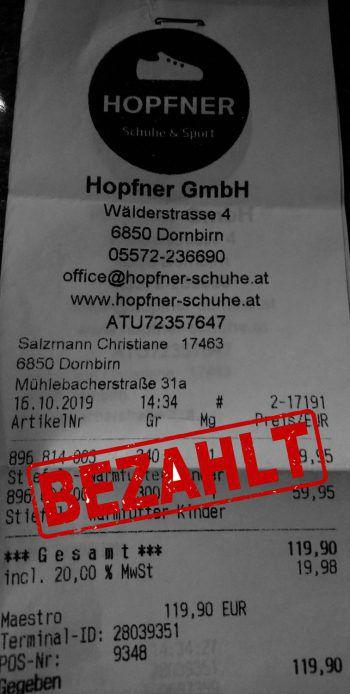 """<p class=""""caption"""">119,90 Euro: Isabell Salzmann hat ihren Kindern Winterschuhe gekauft.</p>"""