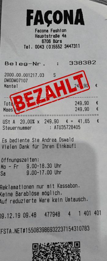 """<p class=""""caption"""">249,90 Euro: Jasmin Hollhuber hat sich einen warmen Wintermantel geholt.</p>"""