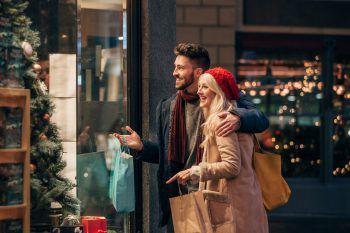 <p>               Ab in die Geschäfte statt ins Netz             </p><p>Auf dem Sofa sitzen und per Klick alle Geschenke nach Hause bestellen: Klar, das ist bequem. Nachhaltig ist es aber nicht, wenn der Postler gleich zehnfach vorfährt. Dabei kann es so viel Spaß machen, durch die Geschäfte zu bummeln, sich inspirieren zu lassen und auch dem kleinen Einzelhändler um die Ecke ein Lächeln ins Gesicht zu zaubern.</p>
