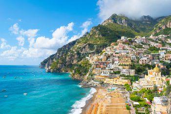 """<p class=""""title"""">               Amalfiküste und Apulien             </p><p>Mit den Flügen nach Neapel erreicht man zwei der schönsten und interessantesten Gegenden Italiens – die Amalfiküste und Apulien. Mit den Erlebnisreisen im Mai und im Oktober hat man Gelegenheit, diese Regionen ausführlich zu erkunden, Land und Leute kennenzulernen und sich vom italienischen Lebensgefühl mitreißen zu lassen.</p>"""