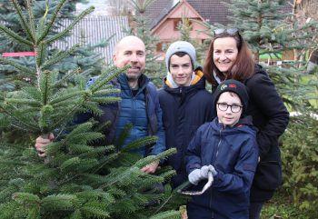 """<p class=""""caption"""">Auch Christian Marold mit Juliane, Finn und Jakob sicherten sich einen Weihnachtsbaum. </p>"""