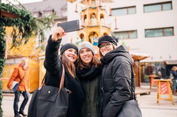 """<p class=""""caption"""">Auch die Selfie- und Fototauglichkeit der verschiedenen Märkte haben Saskia, Corinna und Tina begutachtet.</p>"""