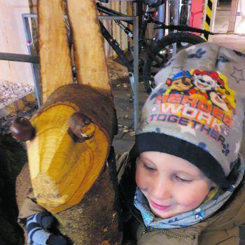 """<p class=""""caption"""">Auf dem Weihnachtsmarkt in Dornbirn: Dominik (3) gefielen die Holztiere am besten.</p>"""