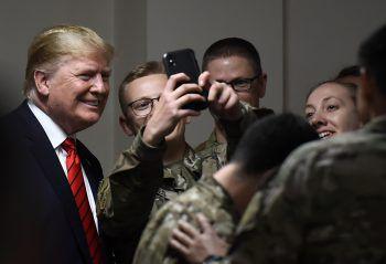 <p>Bagram. Selfie: US-Präsident Trump posiert bei seinem Besuch der US-Truppen für Fotos mit den Soldaten.</p>