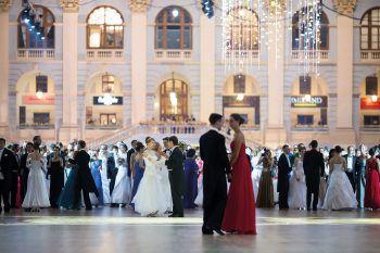 """<p class=""""title"""">               Ballsaison              </p><p>Die Ballsaison ist die fünfte Jahreszeit in Wien. Also rein in die Tanzschuhe und das Ballkleid, ab in eine der schön geschmückten Locations und dann zu klassischer oder moderner Musik das Tanzbein schwingen. Nirgendwo sonst kann man so stilvoll durch die Nacht tanzen wie in Wien! Noch gibt es Karten für die beliebtesten Bälle der Stadt.</p>"""