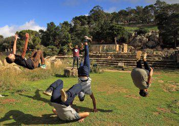 <p>Benghazi. Beweglich: Jugendliche machen eine Breakdance-Einlage vor der antiken griechischen Stadt Cyrene.</p>