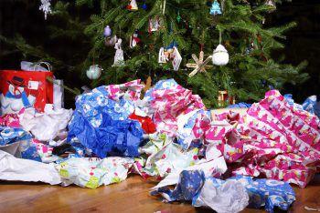 Bitte freimachen             Auch das nachhaltigste Geschenk ist wenig umweltfreundlich, wenn es dick in Geschenkpapier eingepackt ist, für das jede Menge Bäume gefällt werden mussten. Deshalb beim Kauf für Recycling-Papier entscheiden – oder mal etwas ganz Neues probieren: Alte Zeitungs- und Bücherseiten, Notenblätter, Landkarten und Tapetenreste sehen auch super aus. Oder ein schönes Tuch verwenden und so das Geschenk mit einem Geschenk verpacken.