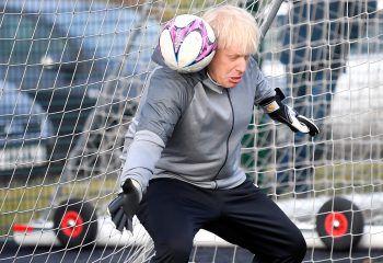 <p>Cheadle Hulme. Knapp: Großbritanniens Premier Boris Johnson versucht bei einem Frauenfußballspiel auf einer Kampagnen-Tour, einen Ball zu halten.</p>