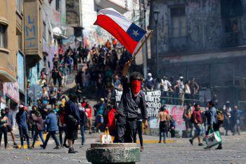 <p>Chile. Demonstrationen: Die Erhöhung der U-Bahnpreise löst in Chile wochenlange schwere Unruhen mit mehr als 20 Toten aus. Präsident Sebastián Piñera sagt die für Dezember geplante UN-Klimakonferenz ab. Die Unruhen halten bis heute an.</p>