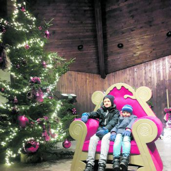 """<p class=""""caption"""">Constantin und Noah auf dem Weihnachtsmarkt in Bad Hindelang.</p>"""