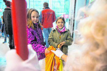 """<p class=""""caption"""">Da strahlten die Augen von Anna-Mae und Aylin: Nach der Landung bekam jedes Kind noch ein """"Nikolaussäckle"""".</p>"""