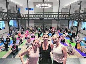 Daniela mit ihren Yoga-Schülern. Fotos: handout /www.yoga4all.at
