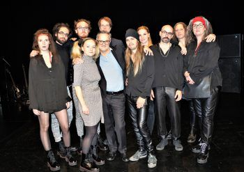 Das Ensemble mit Schauspielern, Musikern und Regisseur Martin Gruber (Mitte).