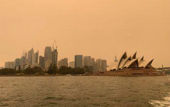 """<p class=""""caption"""">Der Himmel über Sydney sieht bereits bedrohlich aus.</p>"""