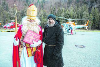 """<p class=""""caption"""">Der Nikolaus und Knecht Ruprecht wurden mit dem Hubschrauber eingeflogen – ein Highlight für Besucher.</p>"""