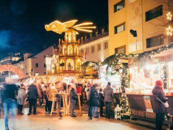 """<p class=""""caption"""">Der Weihnachtsmarkt am Kornmarktplatz ist Treffpunkt für Groß und Klein.</p>"""