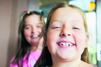 Die beiden Mädchen Julia und Theresa sind auf eure Hilfe angewiesen.